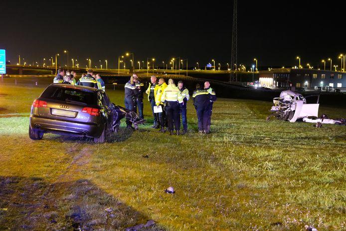 De twee auto's die zondag betrokken waren bij het ongeluk op de Vondelingenweg.