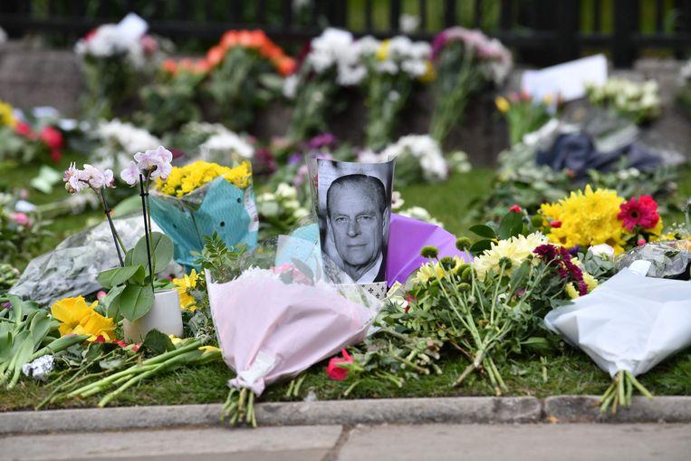 Buiten Windsor Castle leggen Britten massaal bloemen neer, als eerbetoon aan de overleden prins-gemaal. Beeld AFP