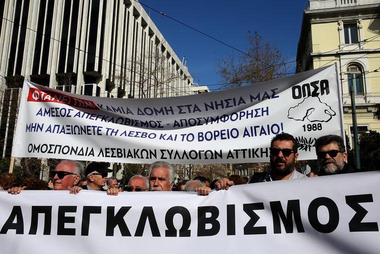 Inwoners van de Egeïsche eilanden demonstreren voor het ministerie van Binnenlandse Zaken in Athene. Ze zijn ontstemd over de overvolle vluchtelingenkampen en de toenemende overlast op hun eiland. Beeld EPA