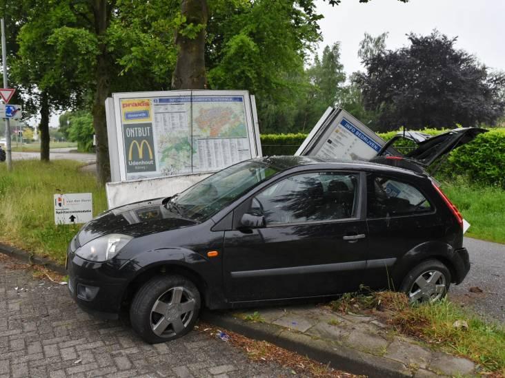 Automobilist richt ravage aan met botsing met plattegrondbord in Oisterwijk en slaat op de vlucht