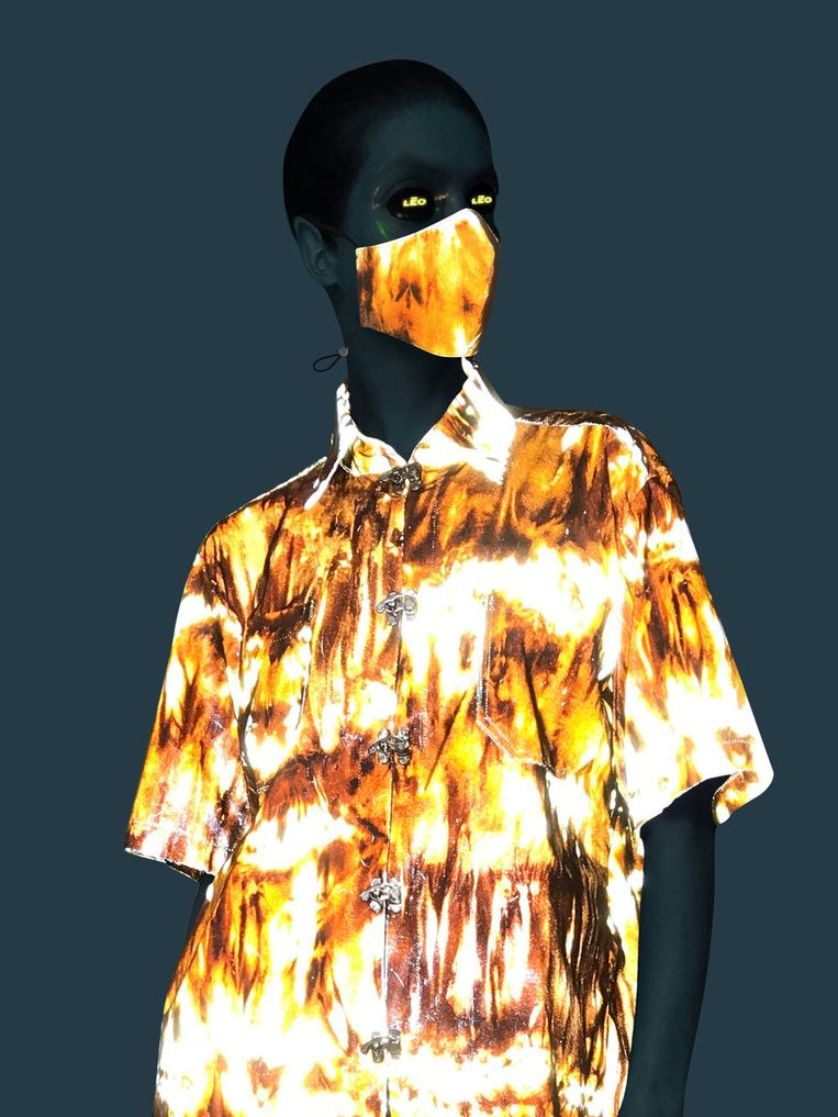 Het mondmasker en hemd met vlammenprint.