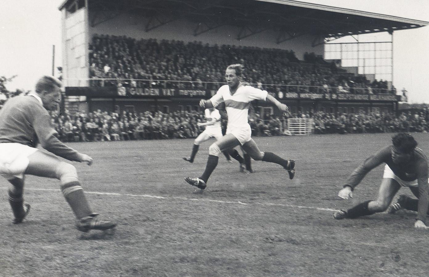 Leo Koopman midden stormt naar voren namens PEC tegen Heracles, in 1960 op De Vrolijkheid. Links Hennie van Nee, Zwollenaar in dienst van Heracles.