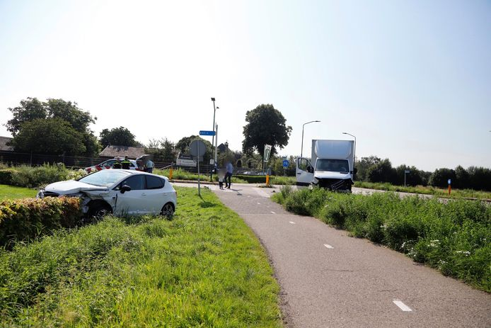 Een bakwagen en een auto zijn op de Stevensbeekseweg in Overloon tegen elkaar gebotst.