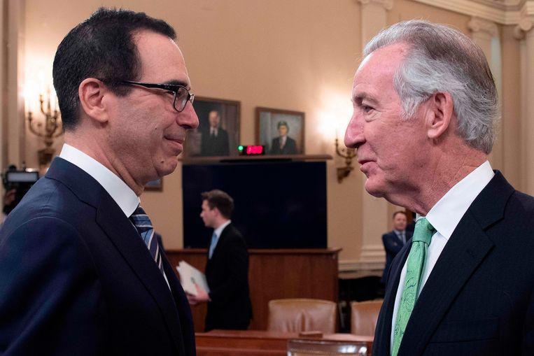 Voorzitter Richard Neal (rechts) van een belangrijke financiële commissie van het  Huis van Afgevaardigden in gesprek met minister van Financiën Steven Mnuchin.  De belastingdienst IRS valt onder Mnuchin, een belangrijke bondgenoot van Trump,  Beeld AFP