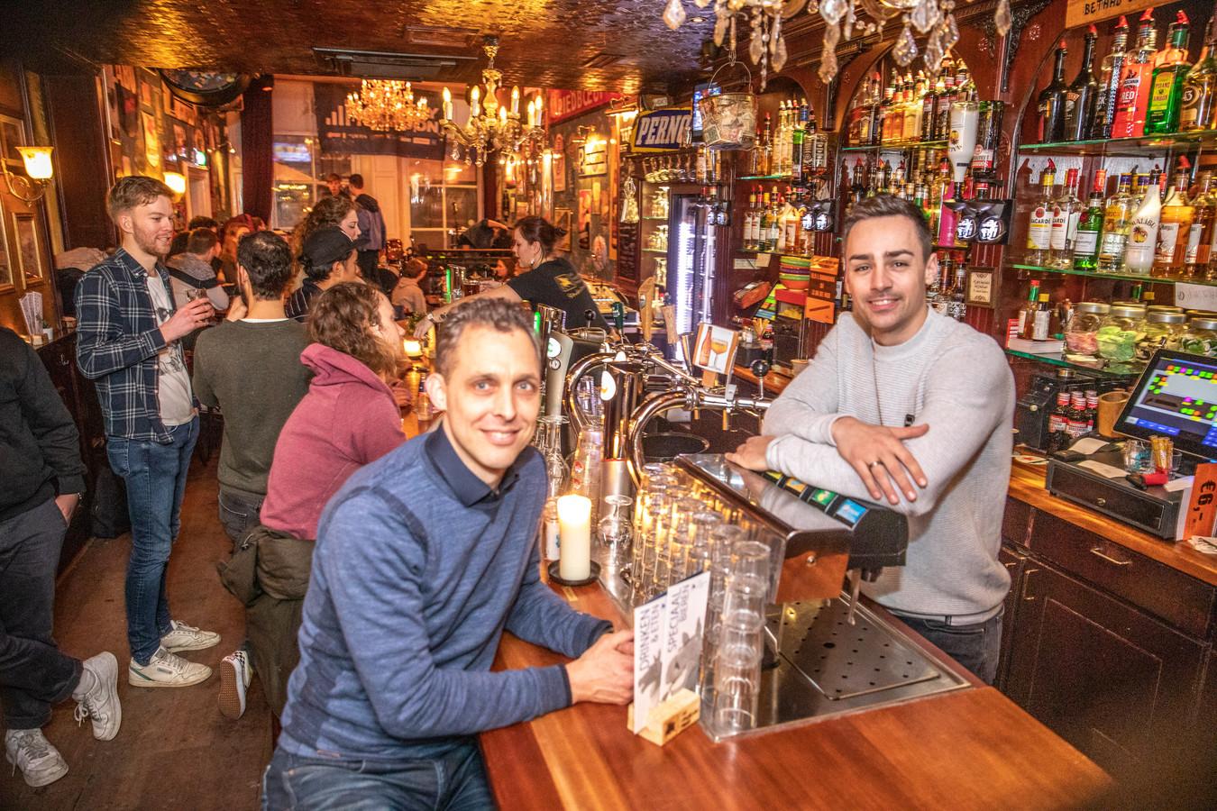 Dennis Kaatman (links) en Elroy Modderman achter bij de bar in het Vliegende Paard. Archieffoto.