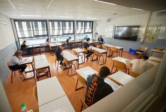 Schoolexamen op het Maaslandcollege te Oss. Dit gebeurt ivm. corona op gepaste afstand.