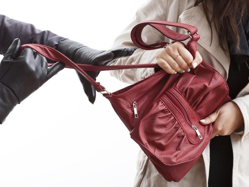 Een vrouw van 91 is zaterdagmiddag bestolen van haar tas in Roosendaal.