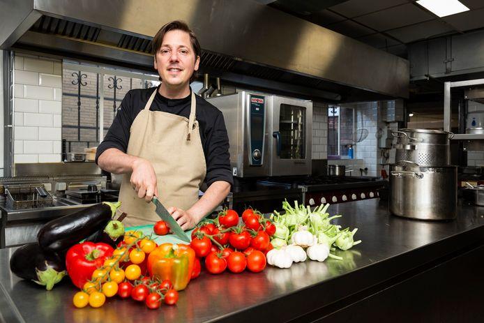 Niven Kunz in de keuken van zijn nieuwe restaurant Triptyque in het voormalige pand van restaurant 't Raethuys.