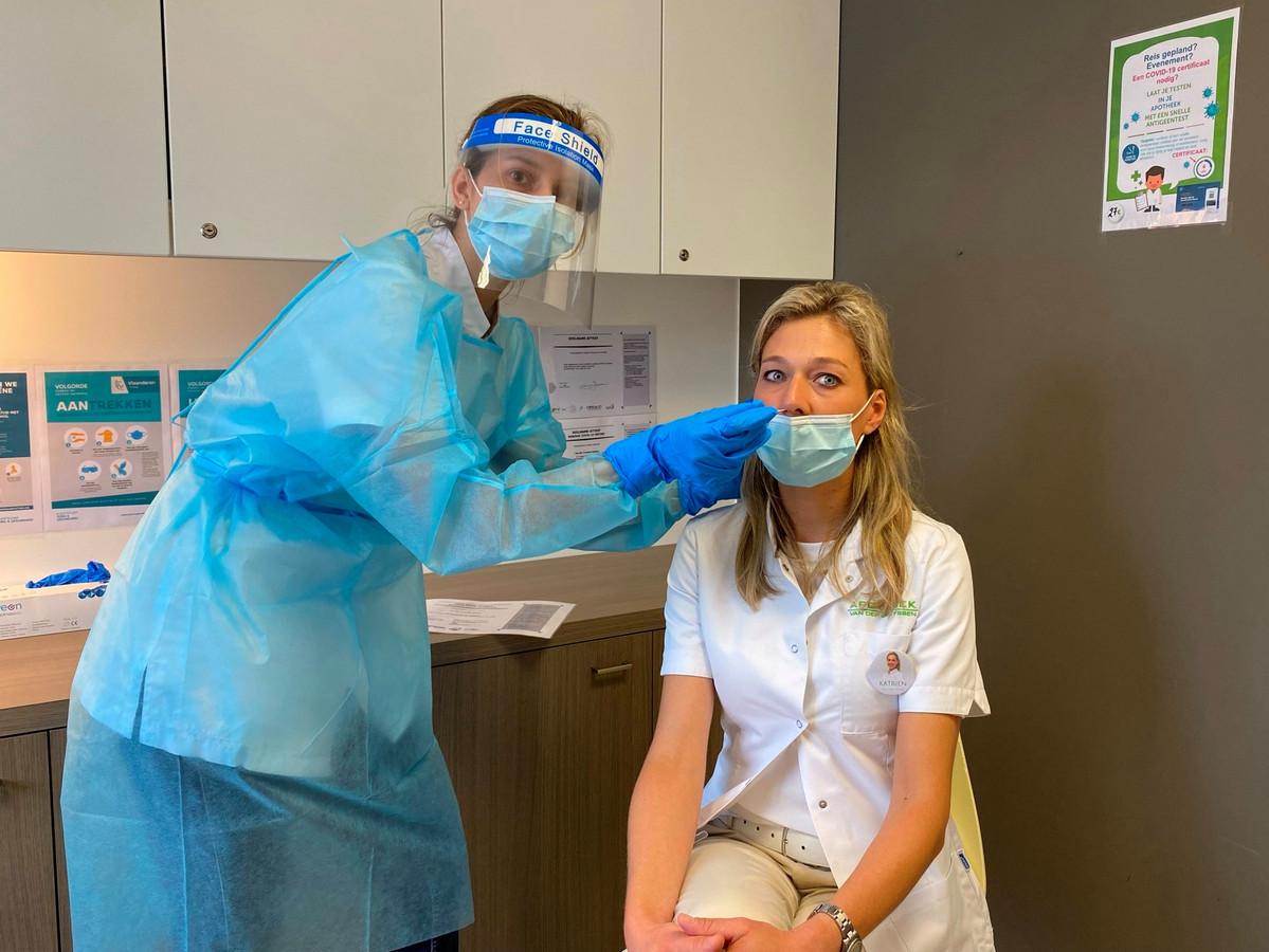 Apotheker Lyn Van der Steen neemt een antigeen-sneltest af van collega apotheker Katrien Van der Cruyssen.