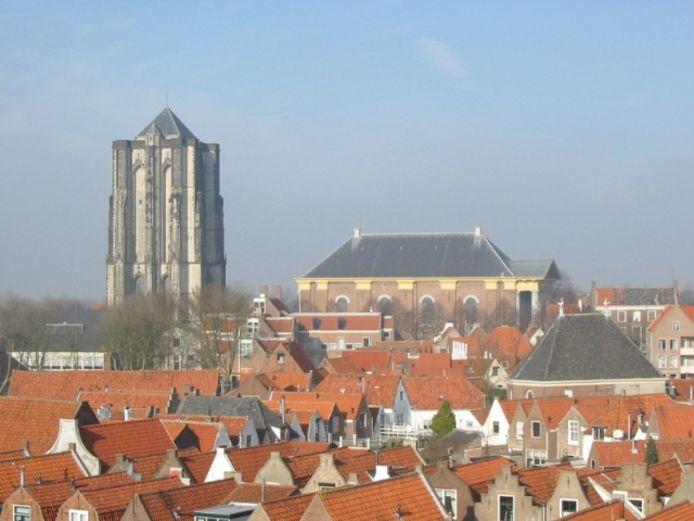 De zon- en westzijde van de Dikke Toren in Zierikzee verdwijnt voor drie maanden van onder tot boven in de steigers.