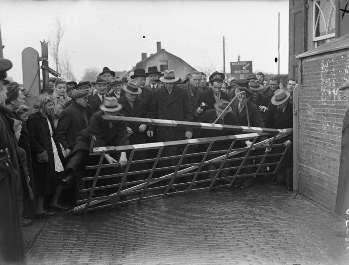 19 januari 1948: In Reeuwijk werd het tolhek van de Bodegraafsestraatweg letterlijk door het publiek afgebroken.