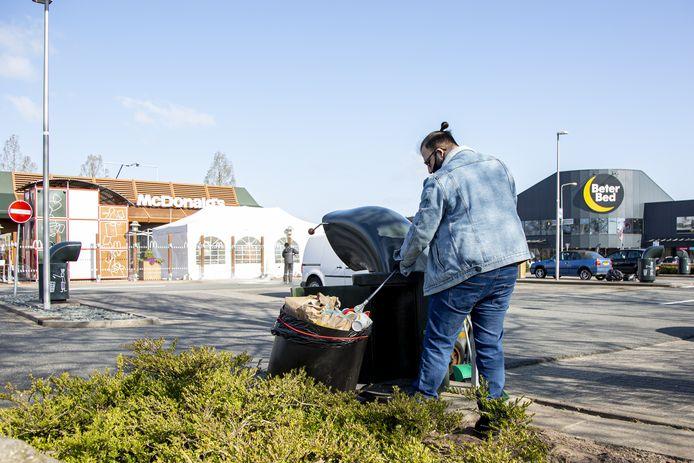 Een schoonmaker is elke dag de hele ochtend bezig met opruimen van het straatvuil op de Almelose Woonboulevard.