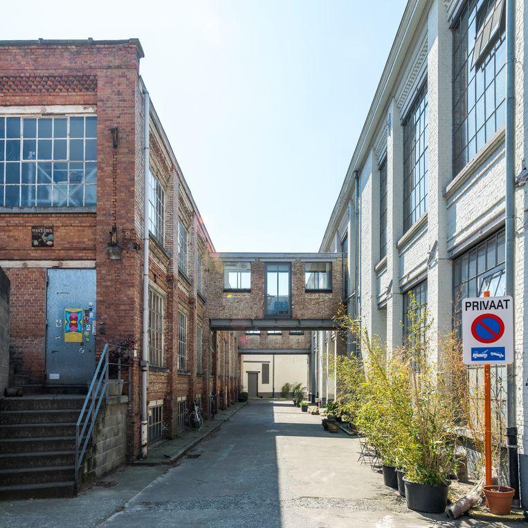 Op de site van de oude fabriek huizen nu heel wat ateliers, kantoren en woningen.  Beeld Luc Roymans
