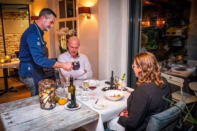 Mart Scherp bedient vaste gasten Chris en Marjon Sanderse.