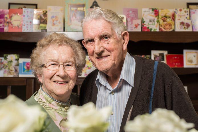 Het echtpaar Van der Beek voor een volle kast met felicitatiekaartjes.
