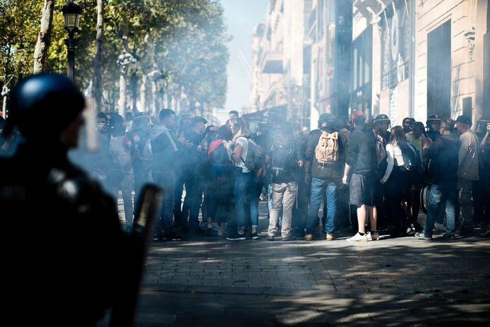 Demonstranten worden tegengehouden door de politie.