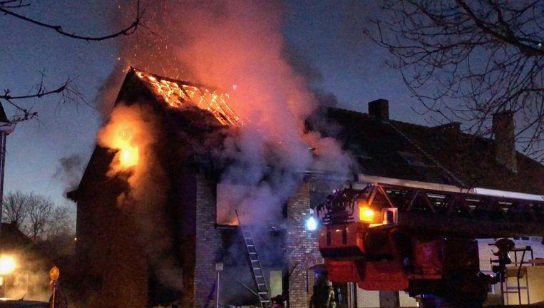 De vlammen slaan uit de woning in de nacht van 20 op 21 maart.