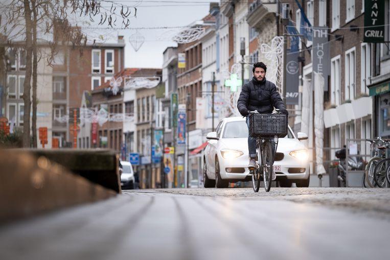 Deze wagen blijft correct achter de fietser rijden...