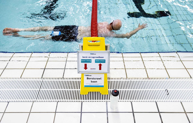 Ook in het water moeten de coronamaatregelen worden nageleefd: zie hier 'zwemroutes' in plaats van 'looproutes'. Beeld ANP