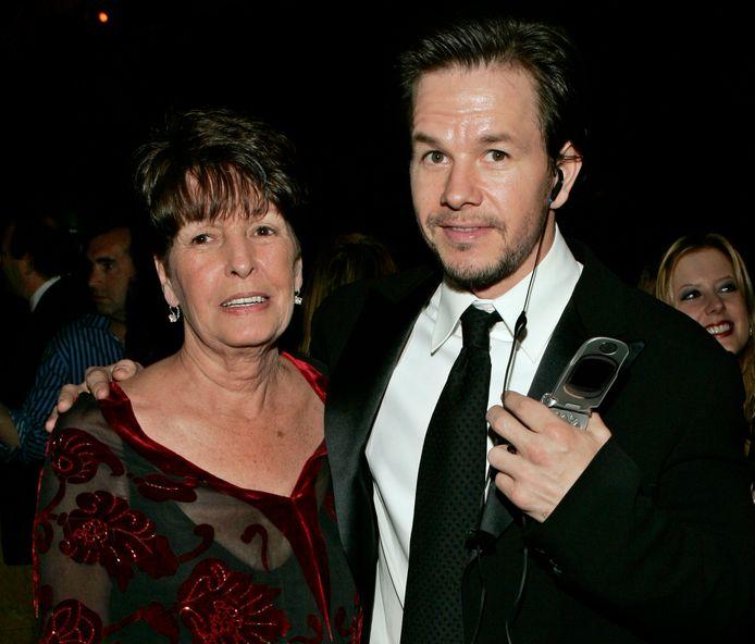 Mark Wahlberg en zijn moeder Alma in 2005.