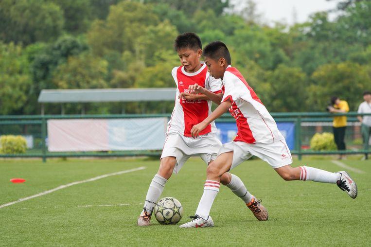 De Ajax Academy in Meizhou: spelplezier, een kritische houding en ook corvee.  Beeld Ajax Coaching Academy