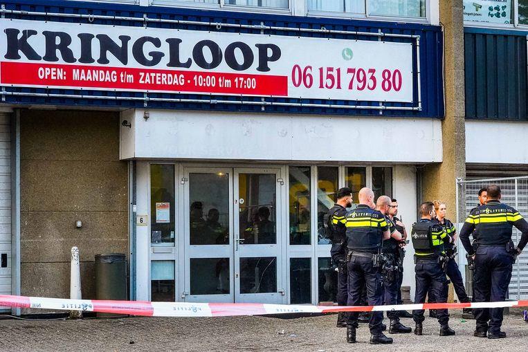 Politie bij het bedrijfspand aan de Stekkenbergweg in Amsterdam-Zuidoost waar Jerge Hoefdraad werd neergeschoten. Beeld Novum RegioFoto