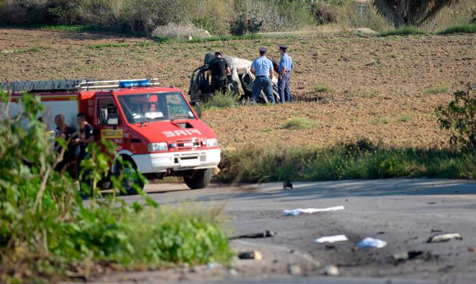 Politie op Malta inspecteert het wrak van de auto waarin journaliste Daphne Caruana Galizia omkwam nadat een autobom ontplofte.