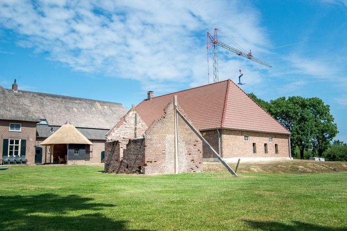 In Leur werd in 2017 een vloedschuur gerestaureerd. Het gaat om het gebouw waaracht de hijskraan staat.