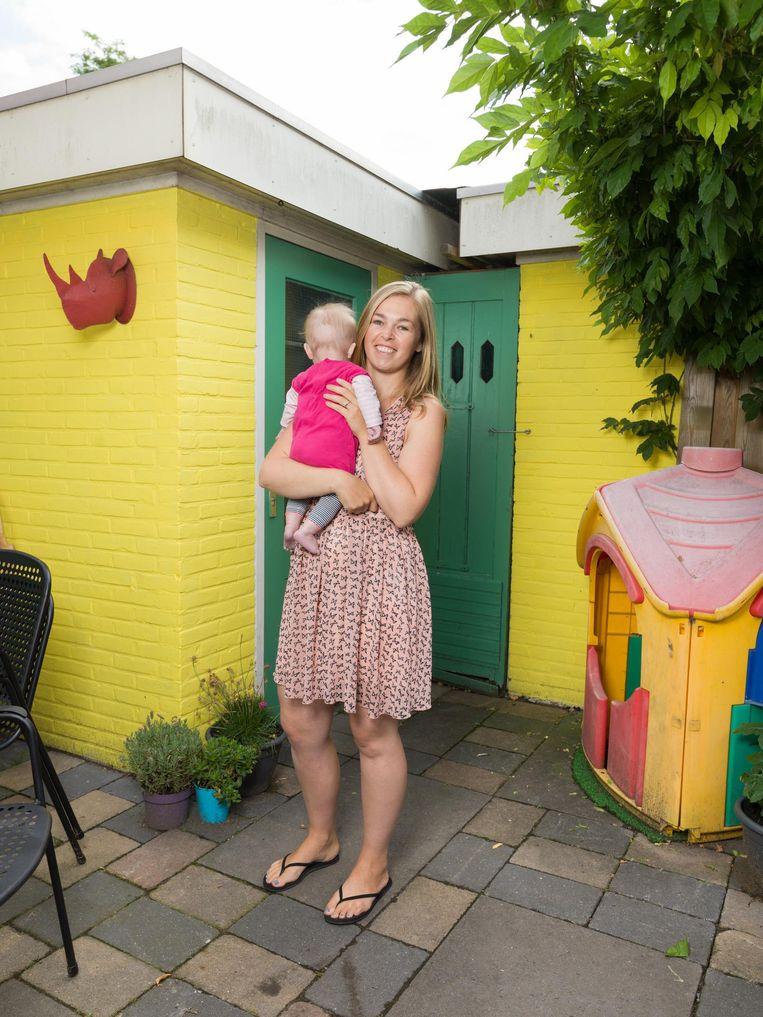 Martine van den Heuvel (33) is samen met Matthijs Veltman (32), en is moeder van Mia (bijna 3), Manon (3 maanden, hier op de foto). Wonen in Noord, zoeken onder andere in Zandvoort. Beeld Ivo van der Bent