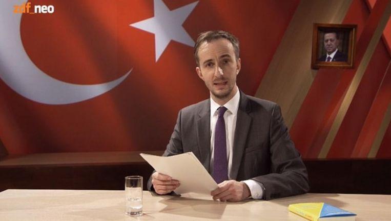 Beeld uit de video waarin Böhmermann zijn lasterdicht voordraagt. De video is offline gehaald. Beeld ZDF