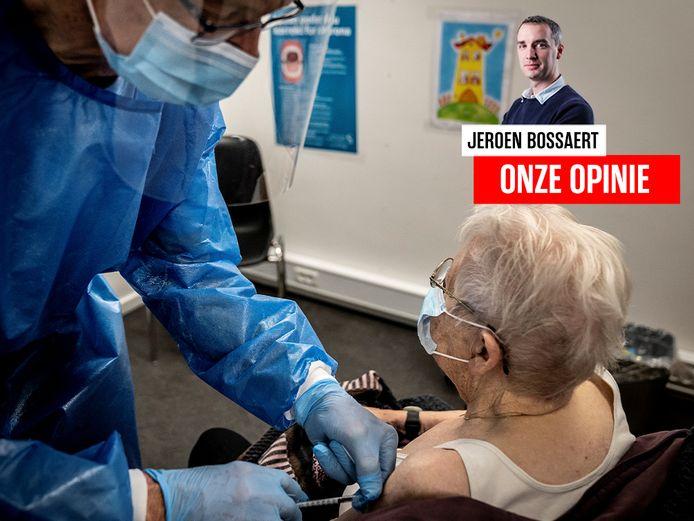 Een Deense vrouw wordt gevaccineerd in het vaccinatiecentrum in het ziekenhuis van Slagelse, Denemarken.