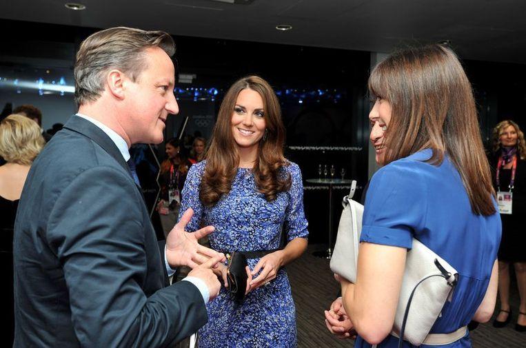De Britse premier Cameron gisteren bij de slotceremonie in gesprek met prinses Catherine en zijn echtgenote. Beeld afp