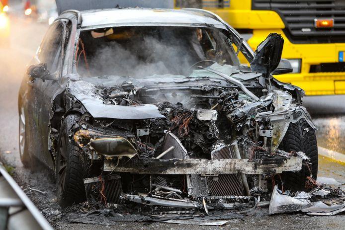 De volledig uitgebrande BMW van vijf dagen oud.