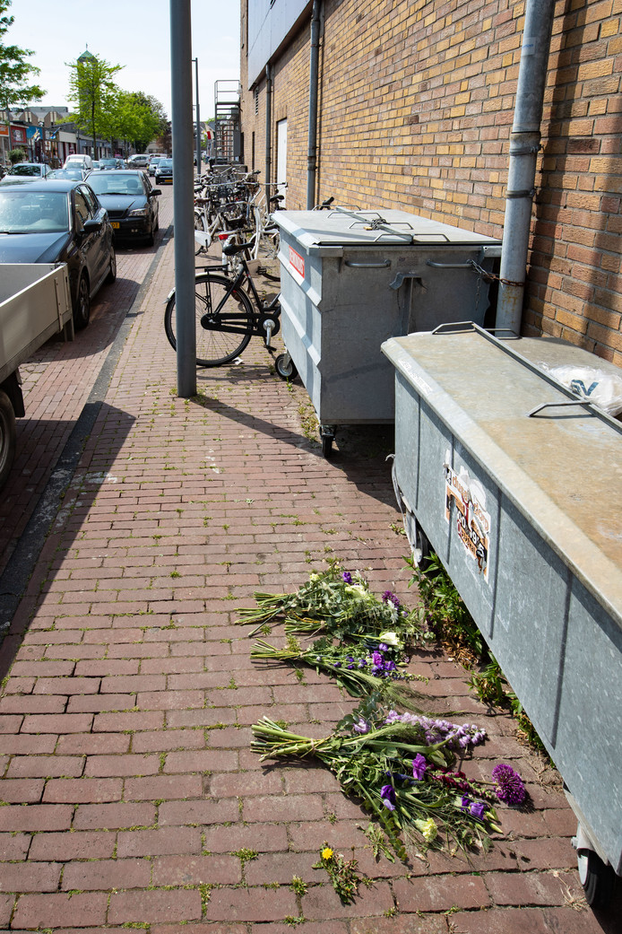 Bloemen op de plek waar Sabir (24) om het leven kwam in Emmeloord.