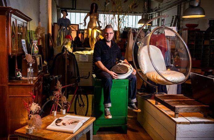 Paul Posse kan niet alle spullen uit zijn brasserie annex tweedehandswinkel en galerie meenemen naar zijn nieuwe zaak Petit Posse, die neerstrijkt in de bekende ijssalon op Katendrecht.