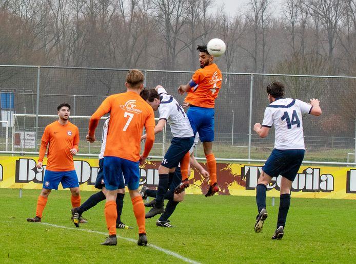 Een wedstrijd op het sportcomplex van voetbalclub HHC'09 in Oudheusden. Als niets wordt gedaan aan de toplaag van het hoofdveld verslechtert de afwatering en verder en bestaat het risico dat de velden onbespeelbaar worden.