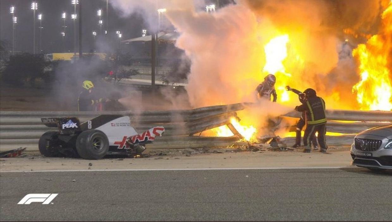 Romain Grosjean ontsnapt ternauwernood aan de vlammenzee. Beeld F1