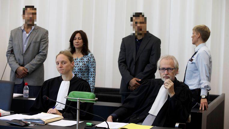 Beschuldigden Arif en Sinan Kaya. Rechts meester Filip Van Hende. Beeld BELGA