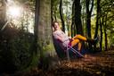 Nathalie Baartman op de klapstoel in de natuur, die haar zo dierbaar is.