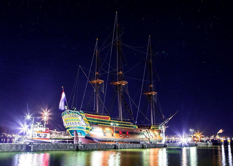 Het VOC-schip is onderweg naar het Oosterdok in Amsterdam en ligt inmiddels weer op zijn oude plek. Beeld Hilde Harshagen