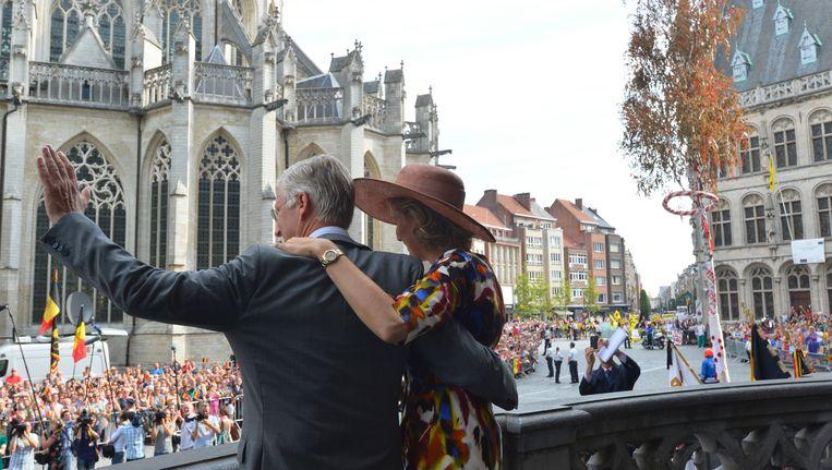 Het koningspaar op de trappen van het Leuvens stadhuis. Beeld BELGA