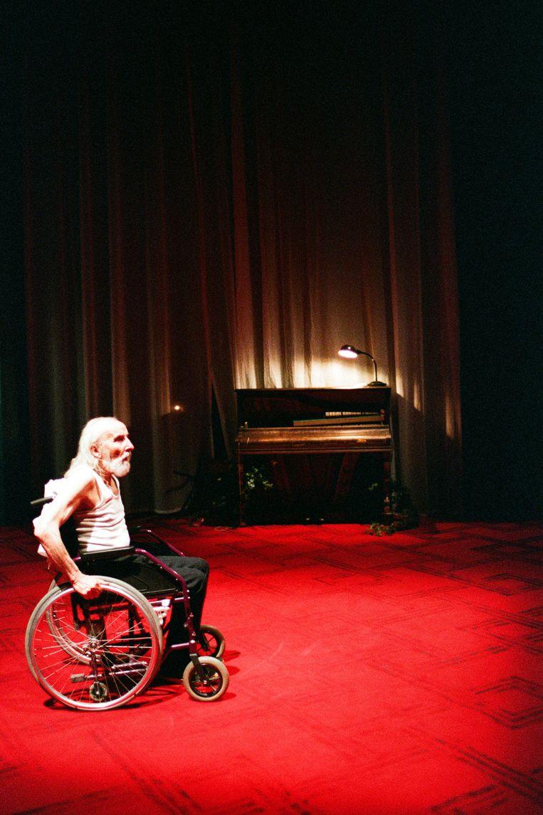 Leo De Beul op het podium  in 'Vader'.  Beeld Herman Sorgeloos