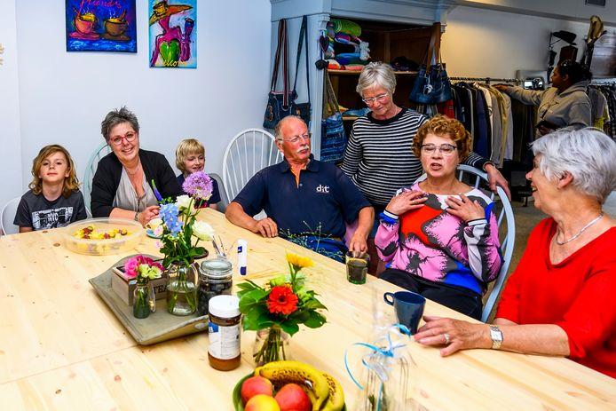 28-05-2019 -Steenbergen - Foto: Pix4Profs/Peter Braakmann - De nieuwe winkel van Rian Liefhebber is vandaag geopend. (foto: links Rian Liefhebber en haar twee kleinkinderen en bezoekers)