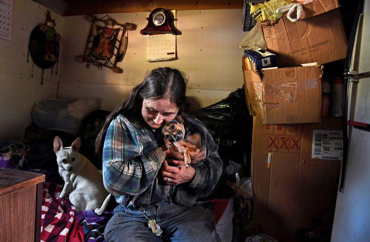 Een vrouw met haar honden in haar woning, zonder stromend water. Trump noemde Amerika in 2016 een derdewereldland. Ongelijkheid en polarisatie zijn onder zijn presidentschap alleen maar verder toegenomen. Beeld The Washington Post via Getty Images
