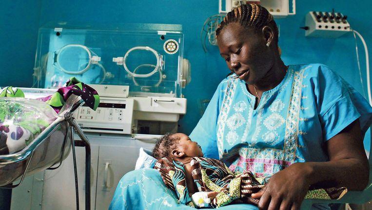Een Soedanese vrouw met haar pasgeborene. Zuid-Soedan heeft de hoogste moedersterfte ter wereld. Beeld REUTERS