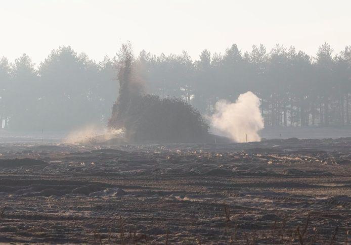 De ontploffing van een van de twee vliegtuigbommen, zaterdagmiddag op de Oirschotse Heide.