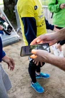 """Le contrôle des cartes d'identité dans le cadre du Covid Safe Ticket est illégal: """"Seul un policier peut vous le demander"""""""