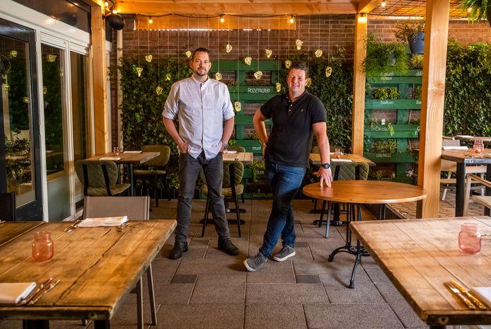 Chef-kok Mark de Vries en eigenaar Pascal Distel van De Woerdenaar.