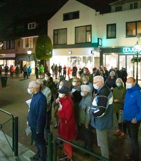 Lange rijen voor de griepprik bij huisartsenpraktijken in Baarn
