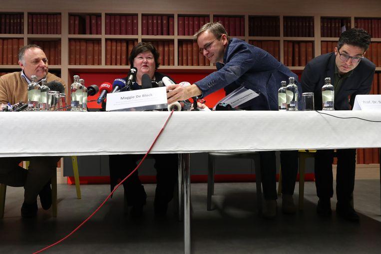 Een vroege persconferentie over corona, op 4 februari, nadat een aantal Belgen is teruggekeerd uit Wuhan. V.l.n.r. Marc Van Ranst, gezondheidsminister Maggie De Block, luitenant-kolonel Patrick Soentjes (militair ziekenhuis Neder-over-Heembeek) en professor Steven Van Gucht (Sciensano). Beeld BELGA
